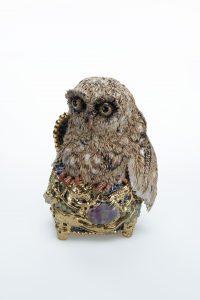 Keramisch skulptuur/ ceramic sculpture, gesigneerd: C.Smit 2020 nov1,  Kleine uil op gouden geurdoos of loderiein, Little owl on a golden scent box H 19 cm B  14 cm D 11 cm